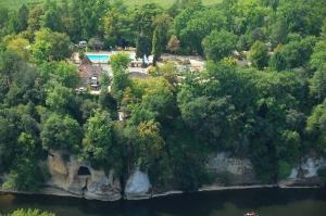 camping en bordure de riviere en dordogne a la roque gageac