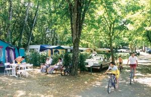 les emplacements ombrages du camping dordogne 3 etoiles la butte dans le perigord pres de sarlat