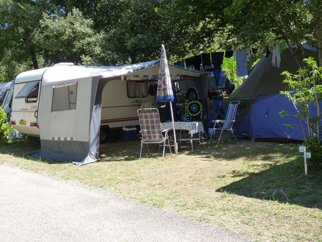 emplacement ombragés au camping la butte en dordogne perigord a la roque gageac