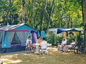 emplacements ombragés du camping la butte en dordogne dans le périgord noir à la roque gageac proche de sarlat