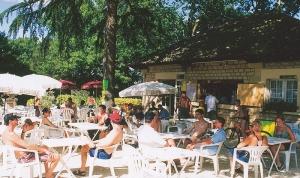 service bar avec terrasse ombragé au camping la butte proche sarlat en dordogne perigord