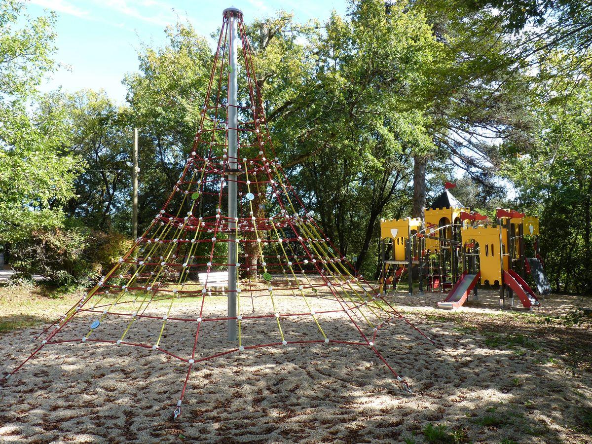 aire de jeux enfants au camping la butte en dordogne perigord