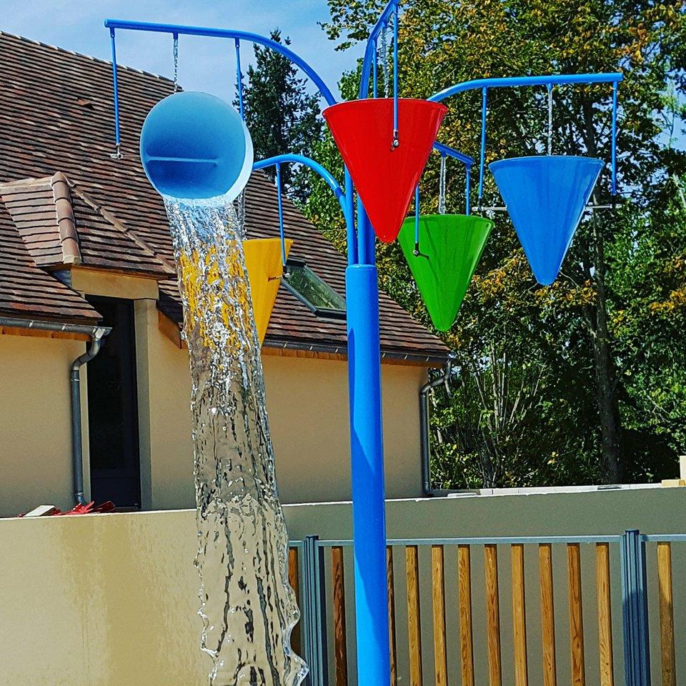 jeux d'eau de la piscine du camping la butte en Dordogne Périgord