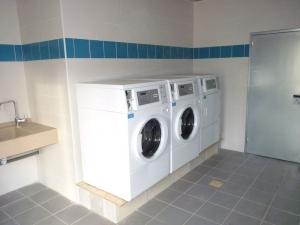 laverie avec machines a laver et sèche linge ainsi que ses bac a linge du camping la butte a la roque gageac en Dordogne Périgord