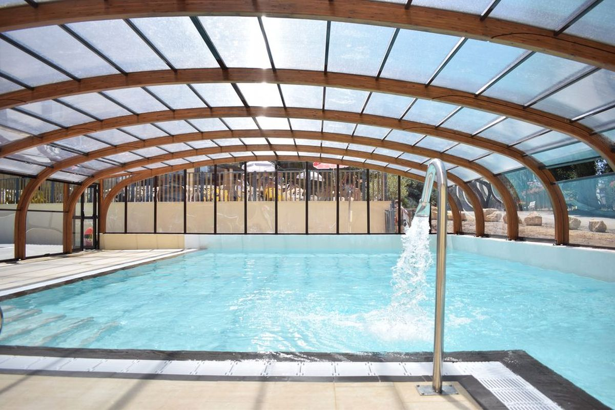 piscine chauffé couverte avec jacuzzi au camping la butte en Dordogne Périgord
