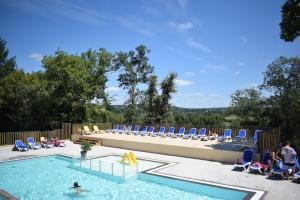 parc aquatique avec piscines chauffées et couvertes , jacuzzi en bordure de la rivière Dordogne