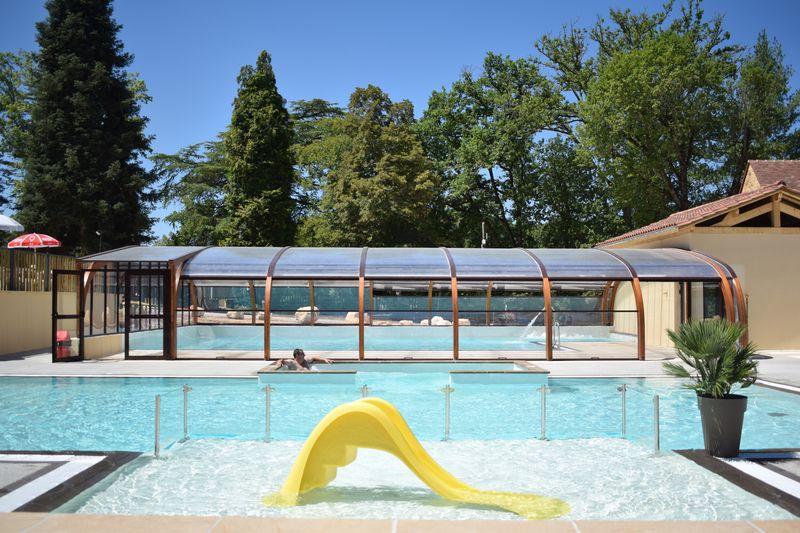 parc aquatique avec piscines chauffées et couvertes , jacuzzi en bordure de la rivière Dordogne au camping 3 étoiles en Périgord noir
