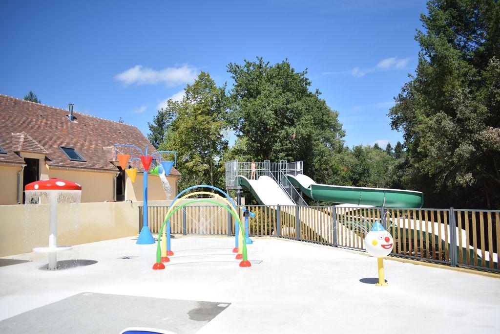 aire de jeux aquatiques dans le parc aquatique du camping la butte 3 étoiles en Dordogne Périgord noir
