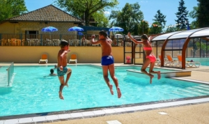le bonheur des enfant dans la piscine du camping la butte en Dordogne Perigord a la roque gageac pres de sarlat
