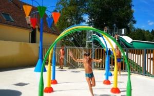 jeux dans le parc aquatique du camping la butte en dordogne perigord