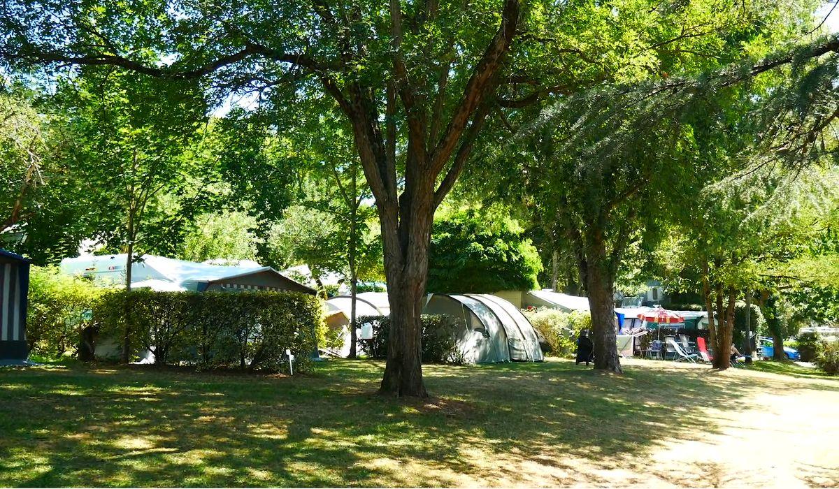 camping avec emplacements ombrages au centre du perigord noir en dordogne