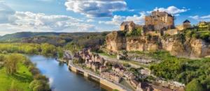 le chateau de beynac et cazenac en bord du rivière a cote du camping dorgone la butte