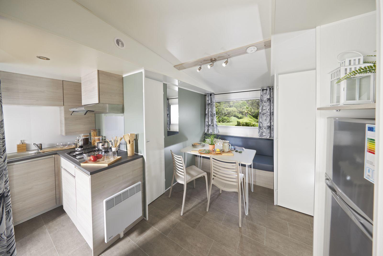 salon cuisine d'une location de mobile home en dordogne perigord noire